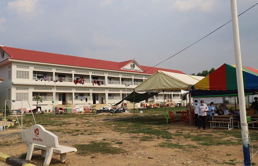 មណ្ឌលចត្តាឡីស័កអនុវិទ្យាល័យបវេល-សាមគ្គី នៅស្រុកបវេល ខេត្តបាត់ដំបង ថ្ងៃទី១៥ ខែមីនា ឆ្នាំ២០២១។ (វេបសាយ៖ battambang.gov.kh/)